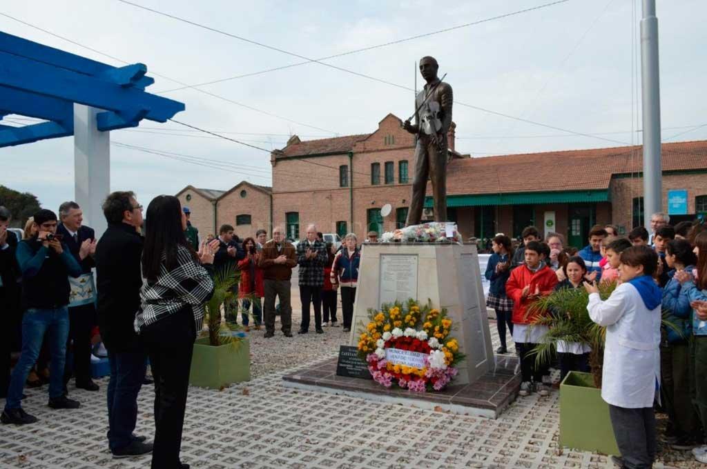 EL ACTO frente al flamante monumento a Cayetano Silva, creador de la Marcha San Lorenzo. <strong>Foto:</strong> Transmedia VT