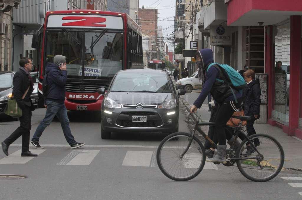 Imposible. En horarios pico la circulación vehicular por el microcentro se torna lenta y complicada. <strong>Foto:</strong> Guillermo Di Salvatore.