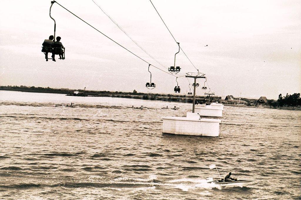 Paseo costero. La aerosilla recorría un tramo de unos 500 metros para conectar la costanera con el complejo Piedras Blancas. <strong>Foto:</strong> Archivo El Litoral