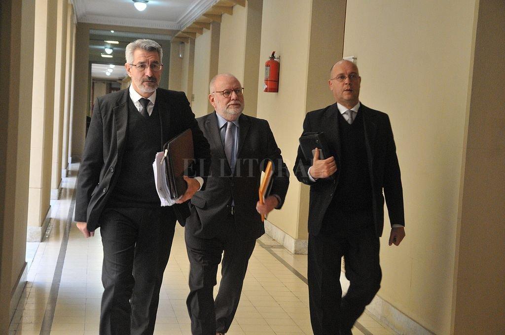 El tribunal está conformado por los conjueces (de izq. a der.) Jorge Luis Silva, Alfredo Martín Olivera y Néstor Darío Pereyra. Crédito: Luis Cetraro
