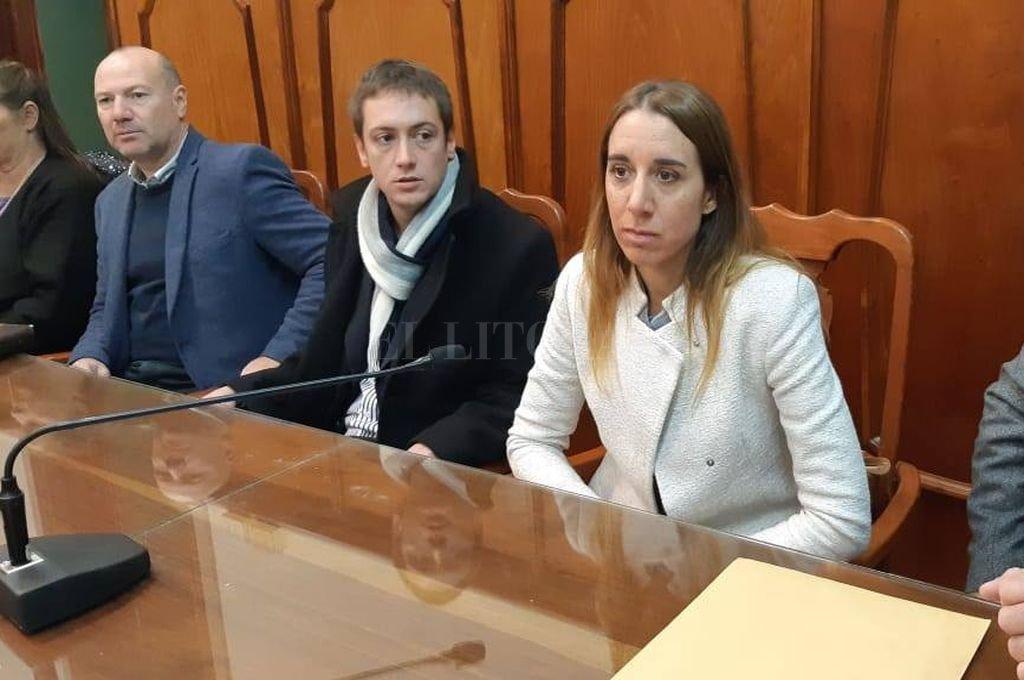 La fiscal Cristina Ferraro (en la foto junto a los abogados querellantes del Centro de Asistencia Judicial) manifestó su conformidad con la sentencia. <strong>Foto:</strong> El Litoral