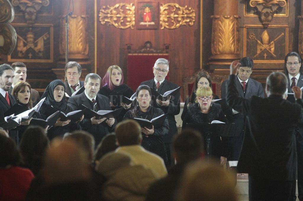 El maestro Mariano Moruja ofreció a un público fiel un repertorio que abarcó a compositores de la talla de Robert Pearsall, Edward Elgar, Herbert Howells, John Travener, James MacMillan y Benjamin Britten. <strong>Foto:</strong> Manuel Fabatía