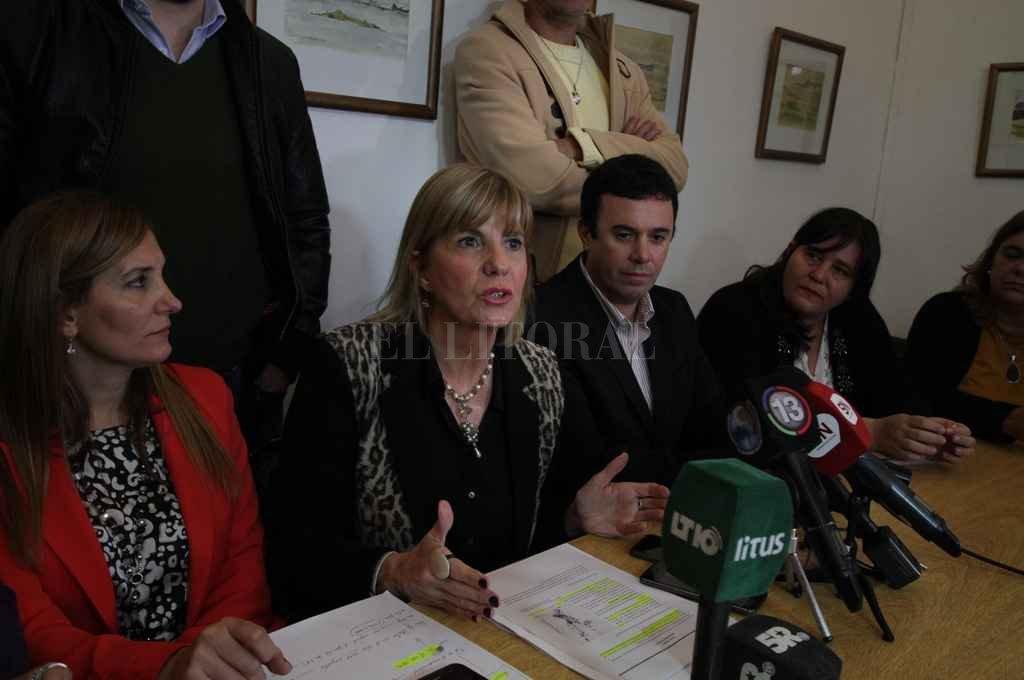 Concejales de la ciudad de Santa Fe y presidentes comunales de la región acompañaron a Alejandra Rodenas. <strong>Foto:</strong> Guillermo Di Salvatore