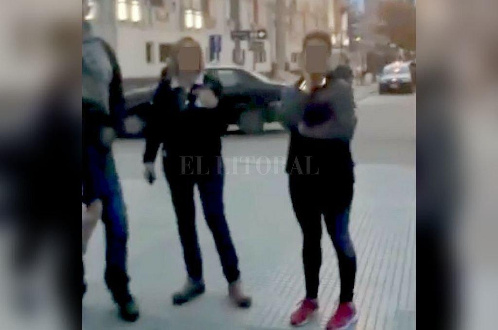 Captura digital de un video tomado durante el hecho ocurrido frente a la Catedral y en el que se ve a las dos mujeres involucradas en las agresiones. Crédito: Captura digital