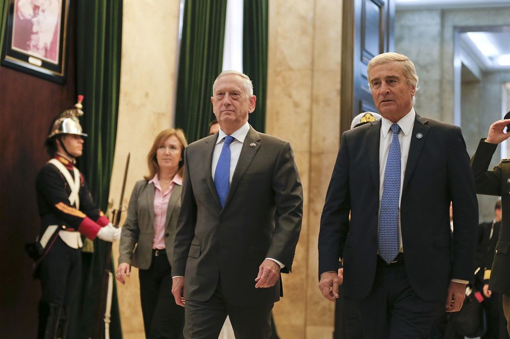 24 horas permaneció en el país el representante de Donald Trump. Aquí, junto con el ministro Aguad (der.) Crédito: Natacha Pisarenko/AP
