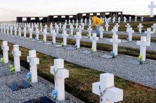 Filmus adelantó la firma de nuevo acuerdo para la identificación de más soldados en Malvinas - Cementerio de Darwin, en Malvinas. -