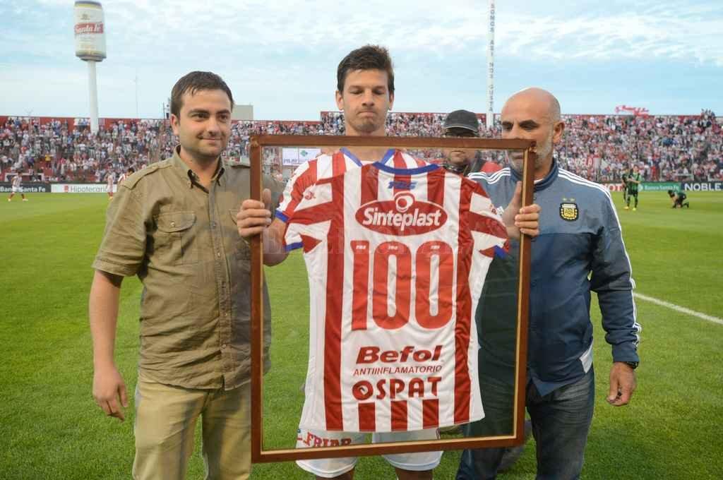 Por 100 partidos más. Santiago Zurbriggen, el día que Andrés Monsalvo y Marcelo Piazza le hicieron entrega de su camiseta en conmemoración a los 100 partidos. Crédito: Luis Cetraro