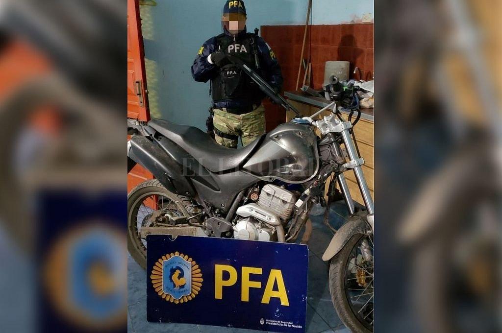 En el allanamiento secuestraron, entre otras cosas, la moto utilizada para realizar uno de los ataques a balazos. Crédito: Ministerio de Seguridad de la Nación