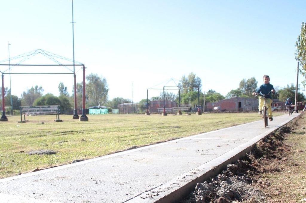 Cambio de cara. La construcción de veredas en barrio Las Vegas también estuvo contemplada en el Plan Abre. Gracias a esta iniciativa, ahora el lugar contará con un playón deportivo. <strong>Foto:</strong> El Litoral