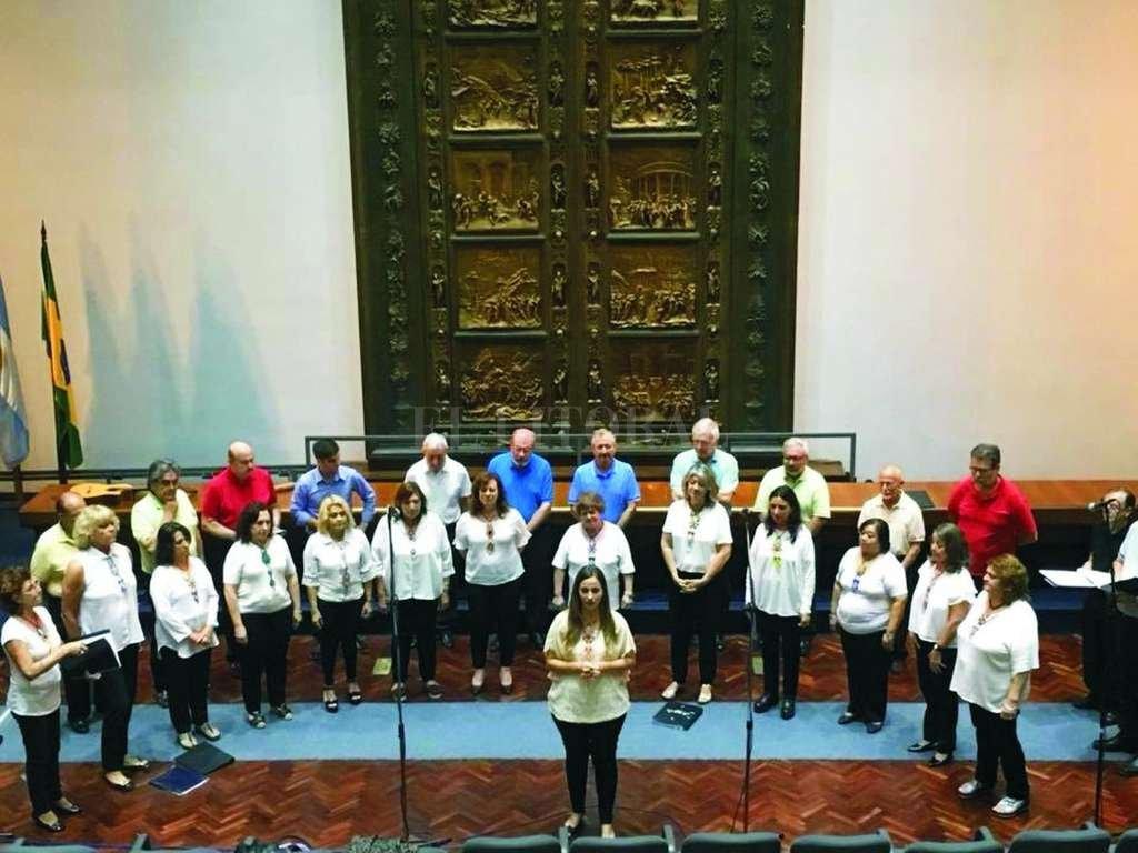 El coro, dirigido por la profesora Soledad Falcón, recorrerá creaciones emblemáticas de la música latinoamericana, con la inclusión de bailarines y solistas vocales. <strong>Foto:</strong> Gentileza producción