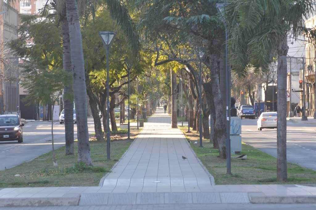 El paseo bulevar casi desierto. A lo lejos se ve un puñado de peatones <strong>Foto:</strong> Flavio Raina