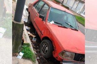 Vecinos preocupados por un auto abandonado