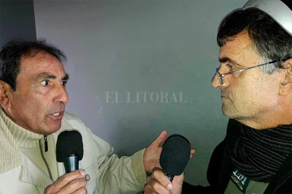 """El """"Negro"""" Carlos Roldán, un hombre clave en la historia de San Martín y que estuvo a punto de ser el DT de Unión hace 15 años, conversando con El Litoral en la Ciudadela tucumana. <strong>Foto:</strong> El Litoral"""