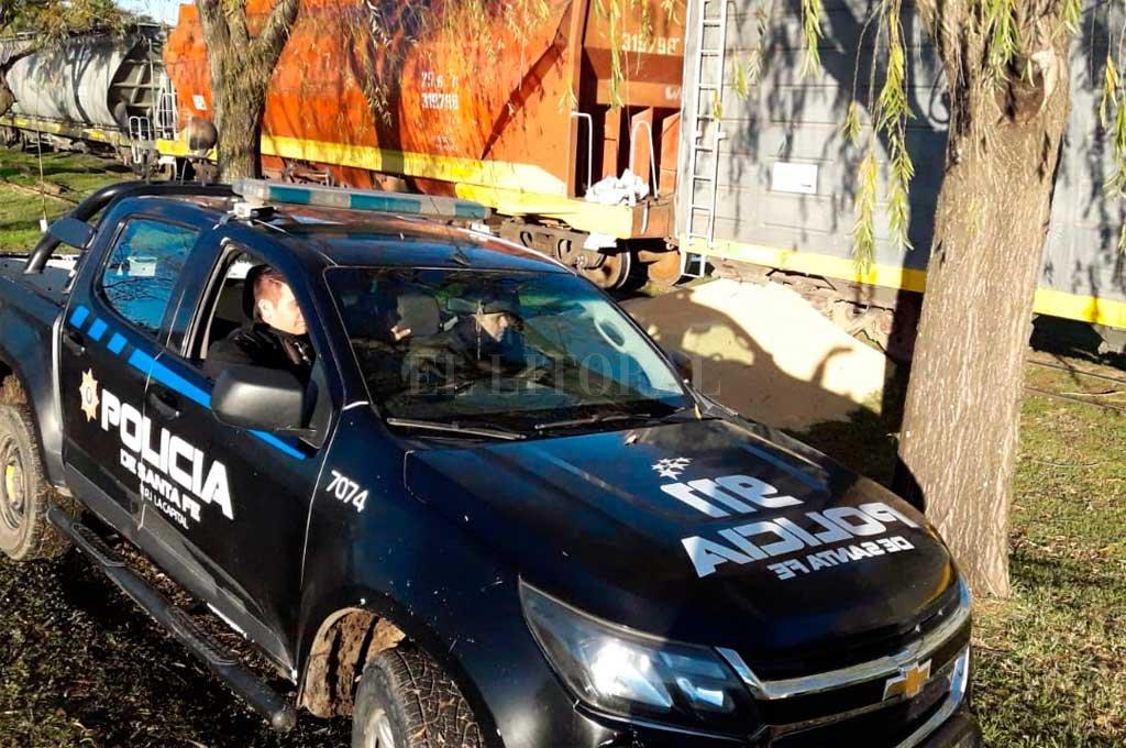 La policía custodia la carga que quedó tirada a la vera de la vía <strong>Foto:</strong> Flavio Raina