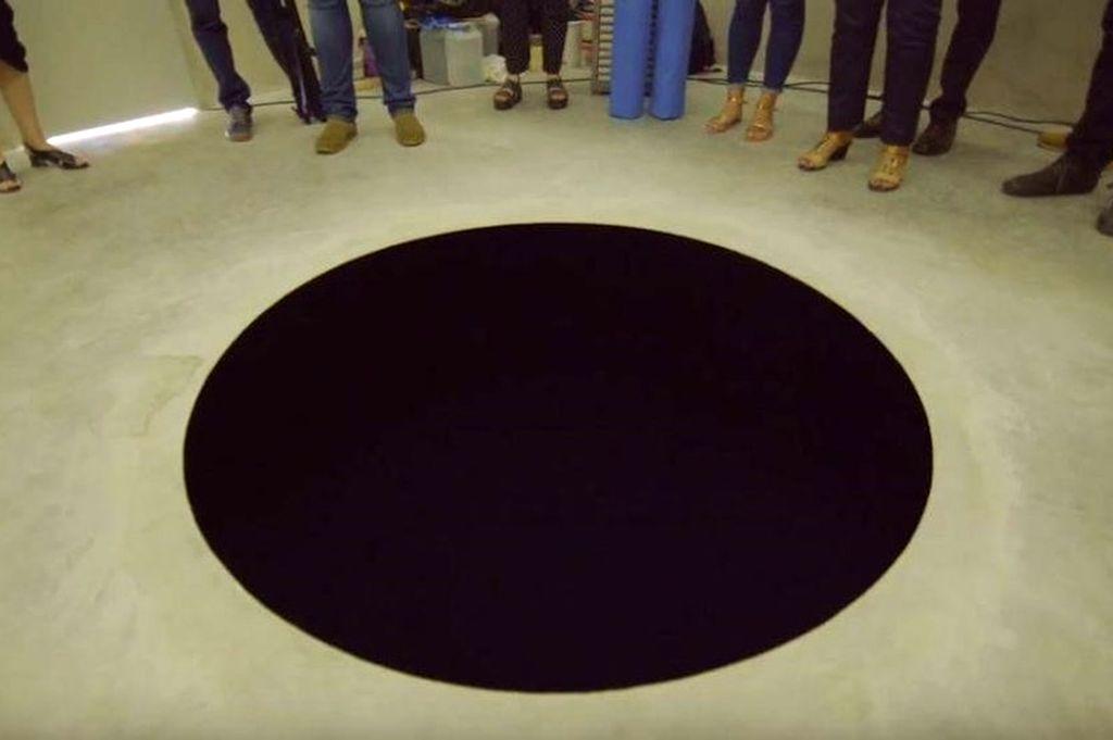 la obra consiste en un foso negro de 2,5 metros de profundidad. Crédito: Internet