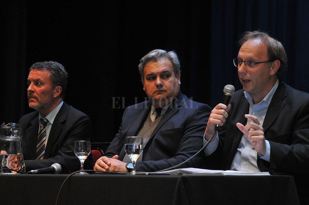 Torres, Farías y Saglione encabezaron el encuentro en el Centro Cultural Provincial. El ministro de Economía admitió que desde julio la recaudación nacional y provincial tiene tendencia a la baja. Crédito: Luis Cetraro