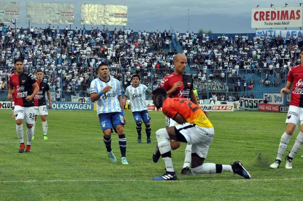 Una cancha desfavorable. La escena pertenece al partido de la Superliga pasada, que terminó con victoria de Atlético Tucumán por 2 a 0. Anteriormente, en Primera, se habían medido dos veces más. En ambas ganaron los tucumanos: 3 a 1 en el 79 y 2 a 0 en 2009. El único gol en Primera que marcó Colón en esa cancha lo hizo Jorge Casaccio. En la B la historia es diferente y muchos recuerdan una gran victoria sabalera con un golazo del Chino Wolheim. Crédito: Gentileza La Gaceta de Tucumán