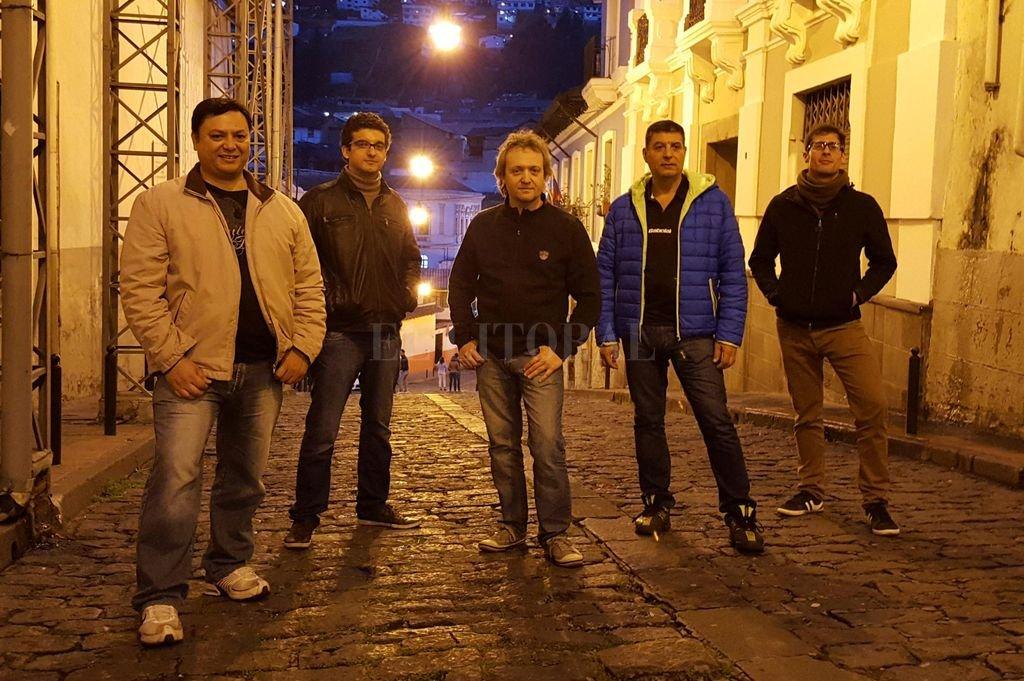 Malevaje 2.0: De Pedro en el centro, escoltado por Raúl Vallejos (violín), Danilo Cernotto (bandoneón), José Luis Vallejos (contrabajo) y Mauricio Pitich (guitarra). Crédito: Gentileza producción