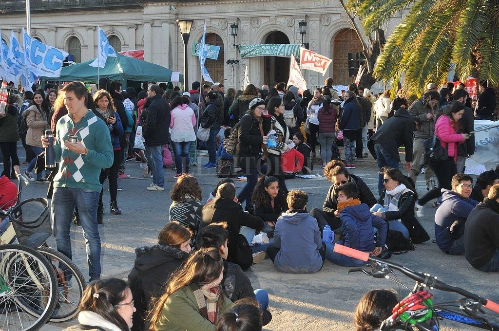En defensa de la universidad pública. Una masiva manifestación se realizó esta semana frente a la UNL. Crédito: Luis Cetraro