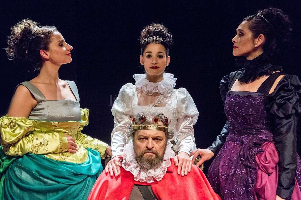 El rey Lear (interpretado en esta versión por el actor Guillermo Frick) rodeado por sus hijas. Crédito: Gentileza producción / Pablo Cánepa