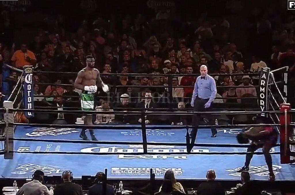 Momento en el que Harper se baja del ring tras el campanazo que dio inicio al combate. <strong>Foto:</strong> Captura digital