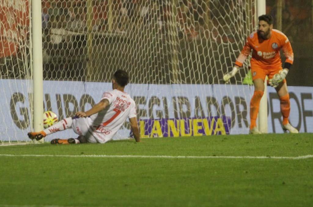 El momento exacto en el que Fragapane empuja el balón dentro del arco rival. <strong>Foto:</strong> Pablo Aguirre.