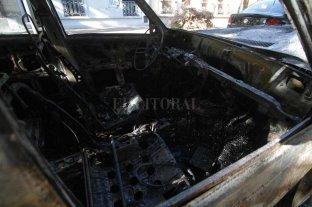 Quemaron un auto en barrio Santa Rosa de Lima