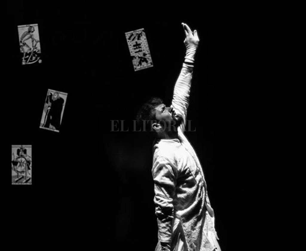 El platense Matías Lausada se forma en teatro desde 2009 en el Centro Cultural Estación Provincial a cargo de Mariana Gobelian; y ha tomado talleres, seminarios e intensivos de teatro con referentes platenses.