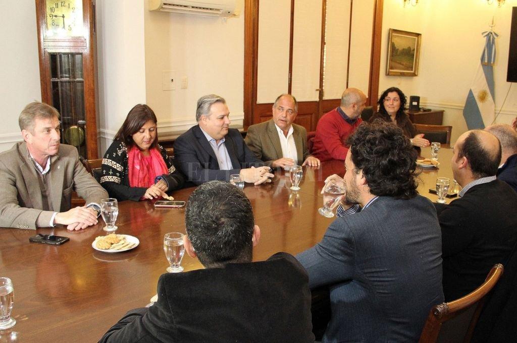 El ministro Farías durante el encuentro llevado a cabo en el salón Protocolar de Casa de Gobierno, junto a referentes del Radicalismo local. <strong>Foto:</strong> Gobierno de la provincia