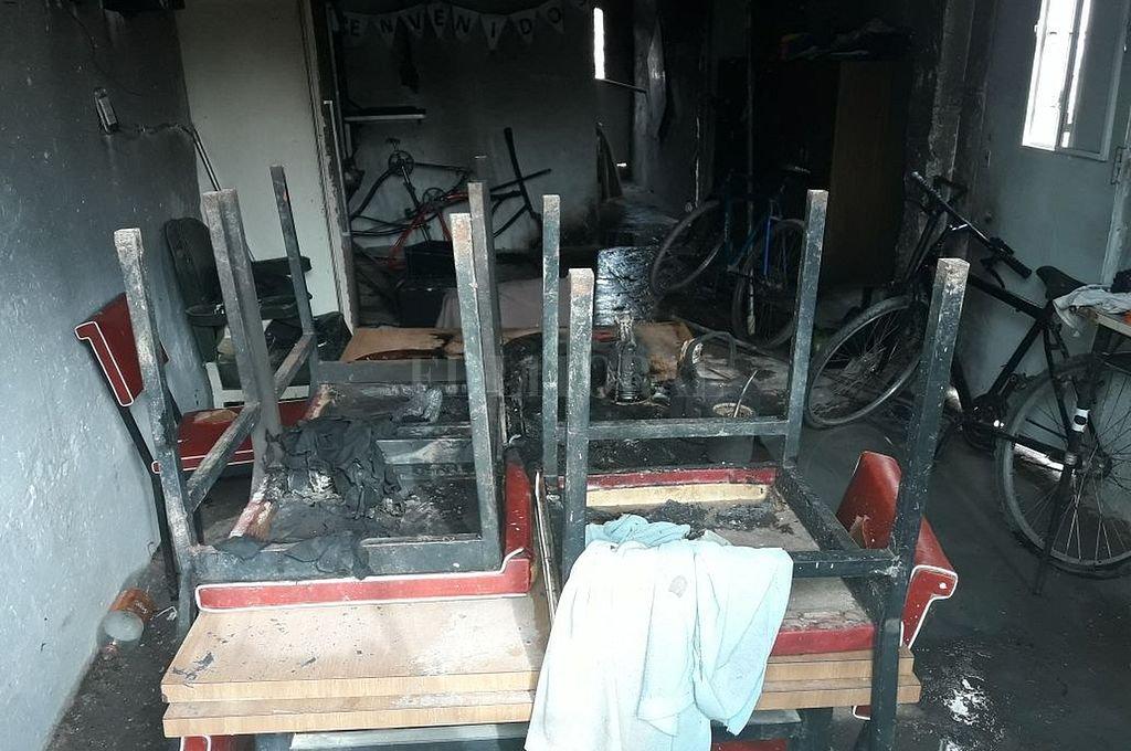 Interior de la vivienda que fue incendiada intencionalmente con una mujer y sus tres hijos adentro. Archivo El Litoral