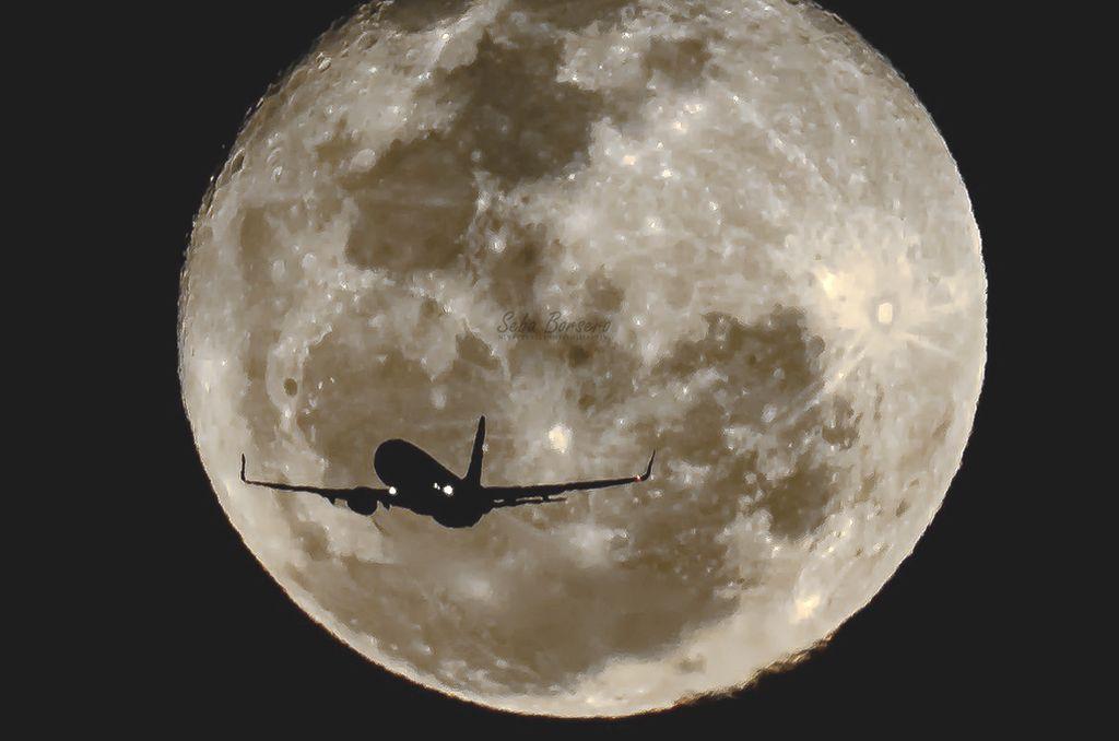 La foto del avión con la luna de fondo, dio la vuelta al mundo. <strong>Foto:</strong> Twitter