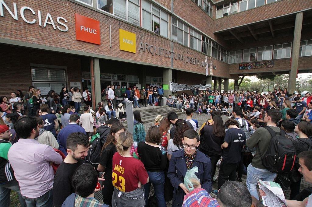 Estudiantes de las diferentes facultades se acercaron a las inmediaciones de la FHUC y la FADU, llevando a cabo una multitudinaria asamblea. Crédito: Pablo Aguirre