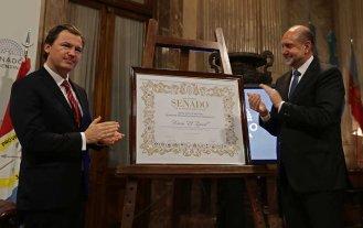 Perotti entregó la máxima distinción del Senado a El Litoral