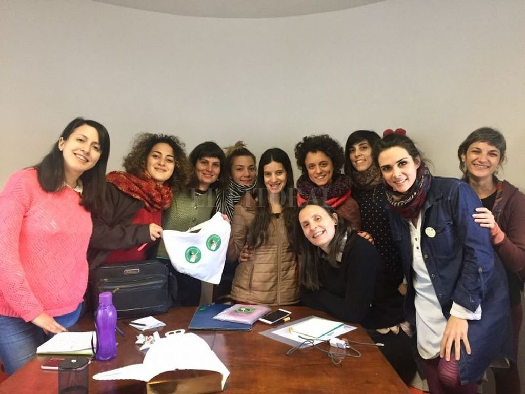La vicepresidente del Instituto, Paula Rivera, junto a una comisión representante del Colectivo de Mujeres Músicas rosarinas. <strong>Foto:</strong> Gentileza Inamu