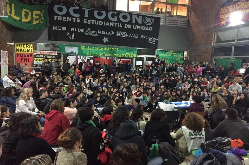 En Asamblea, los estudiantes decidieron marchar este lunes hacia rectorado <strong>Foto:</strong> El Litoral