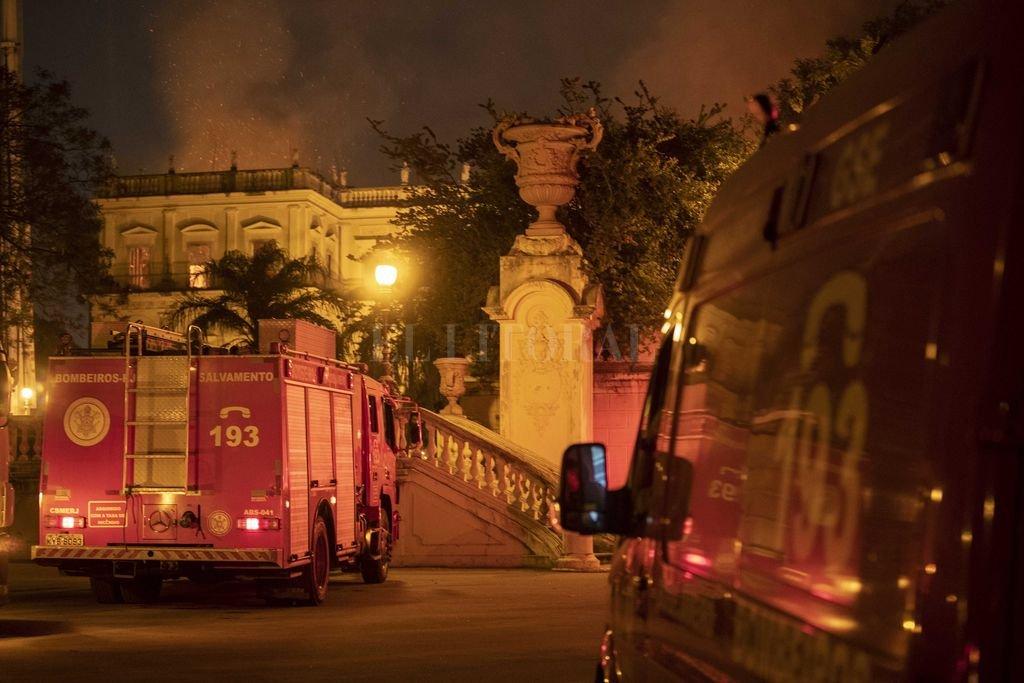 Un fuego de grandes proporciones, cuyas causas se desconocen, cubrió la mayor parte del edificio de más de 200 años de antigüedad. Crédito: dpa