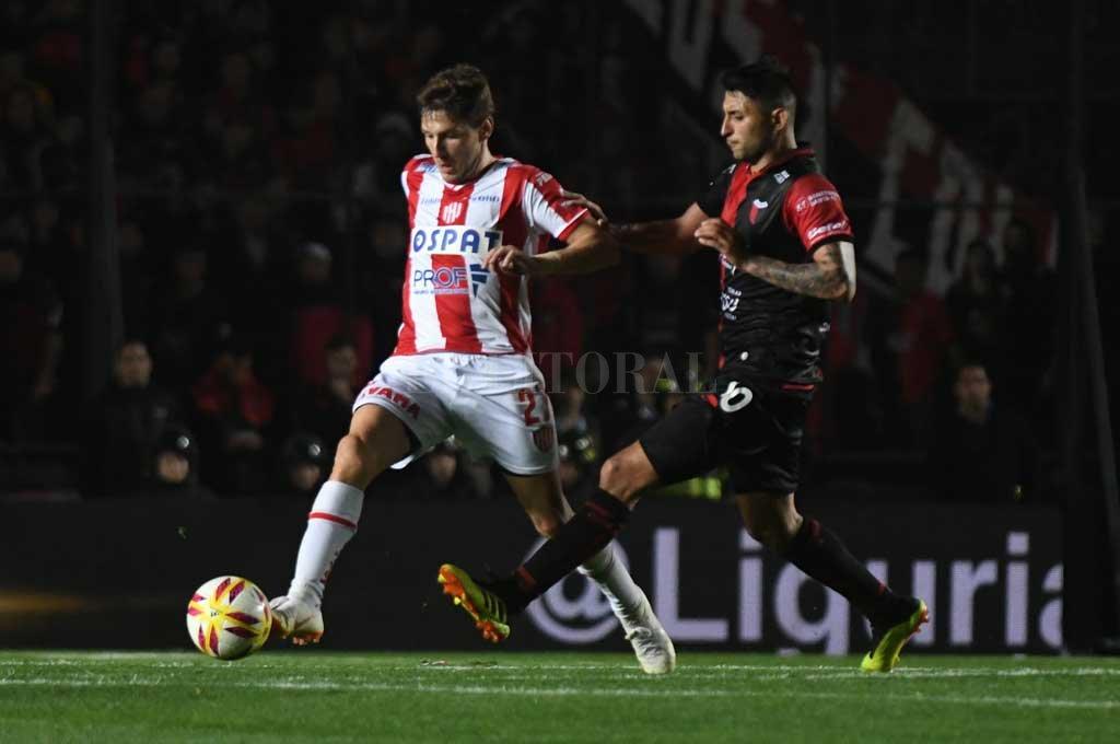 Soldano disputa el balón con Ruíz ¿habrá sido el clásico su último partido con la rojiblanca? <strong>Foto:</strong> José Almeida