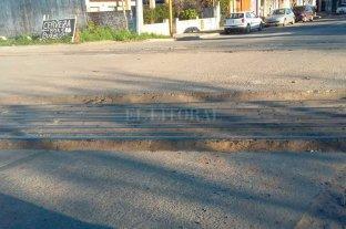Atención automovilistas: cruce ferroviario destrozado