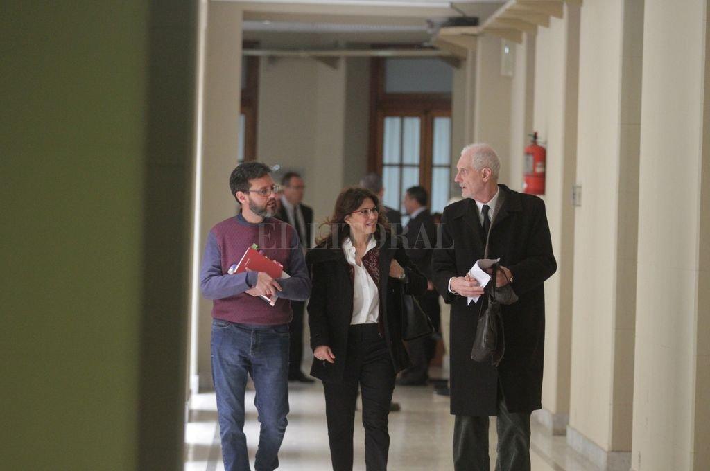 Esta semana declaran los testigos propuestos por la defensa, integrada por los abogados Eduardo Jauchen (a la derecha) y Alejandra Forte, acompañados en la imagen por el psicólogo Pablo Brigiler, delegado técnico. Crédito: Guillermo Di Salvatore