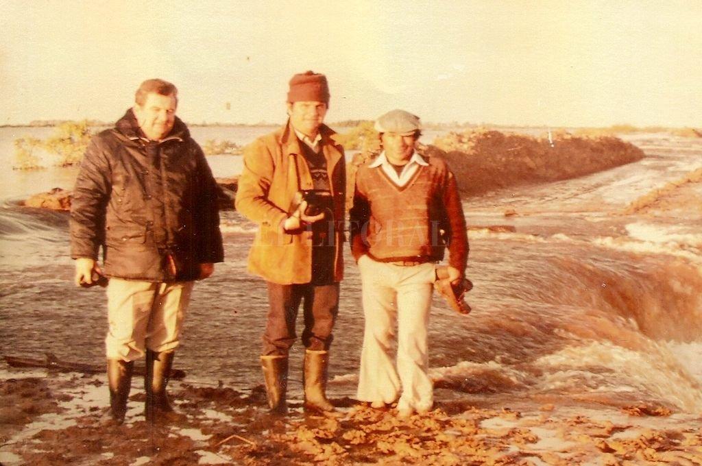2 de junio de 1983, la fuerte presión del agua arrasa con las defensas de la ruta 1 entre El Laurel y Helvecia y en Los Cerrillos. <strong>Foto:</strong> Gentileza Carlos M. Medera