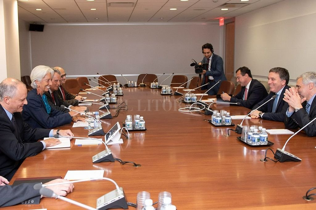 El ministro Nicolás Dujovne y su equipo durante el encuentro con Christine Lagarde en el FMI. Crédito: Archivo El Litoral