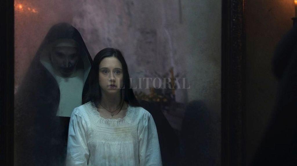 """La hermana Irene (Taissa Farmiga) acechada por la monja demoníaca (Bonnie Aarons) que ya aterrorizó al público en """"El conjuro 2"""". <strong>Foto:</strong> Gentileza Warner Bros."""