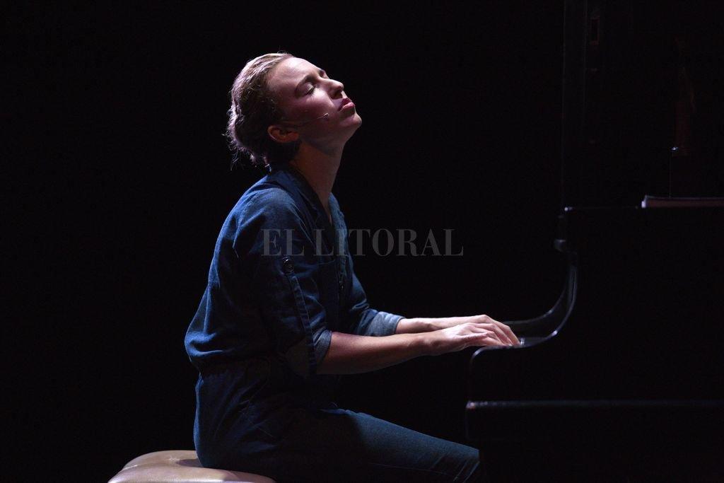 Belén Pasqualini se desdobla permanentemente entre abuela y nieta, cantando y tocando el piano, bajo la puesta creativa de Dennis Smith. <strong>Foto:</strong> Gentileza producción
