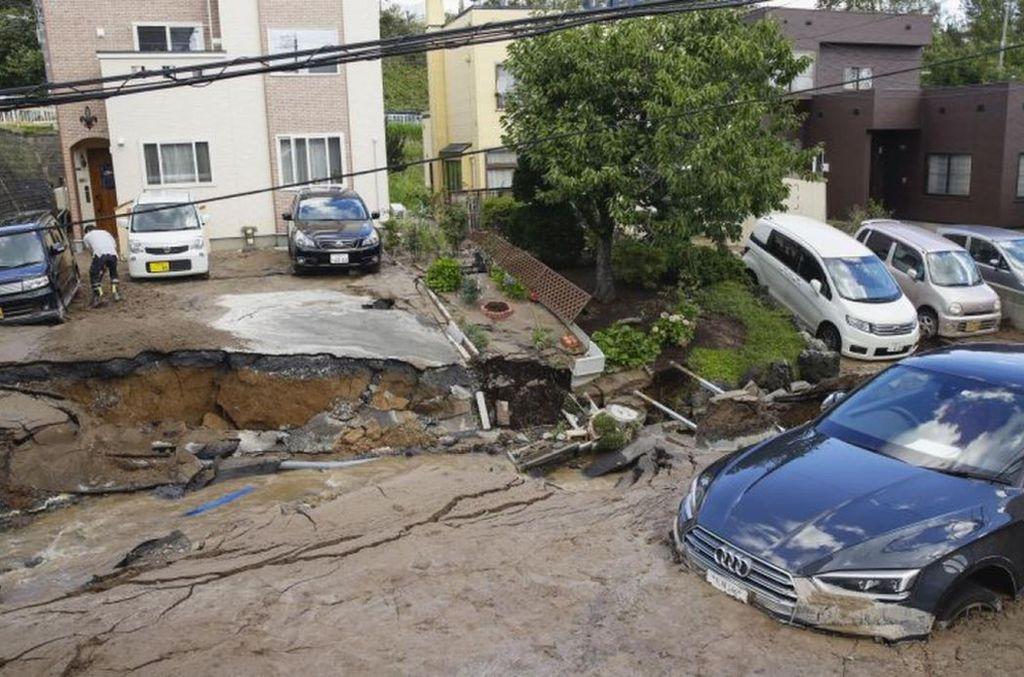 Fuerte terremoto en el norte de Japón sumó siete muertos las tragedias que azotan el país estos días. Vía El Comercio.