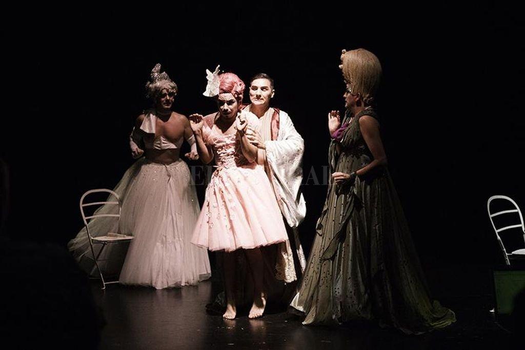 """El proyecto de """"Nenúfares"""" surgió en los talleres de actuación de Raúl Kreig en 2015, donde el elenco trabajó sobre un texto de Copi. Los resultados positivos de la experiencia llevaron al montaje de la obra.  Crédito: Leonardo Gregoret"""