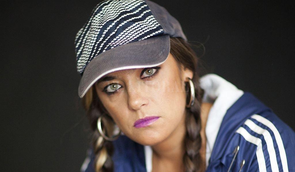 Sara Hebe se sirve de una destreza métrica impecable y una lírica que aplica sin pudor una fuerte crítica social y narra postales urbanas de modo crudo y bello a la vez, impregnada de poesía, potencia y estilo. <strong>Foto:</strong> Gentileza producción