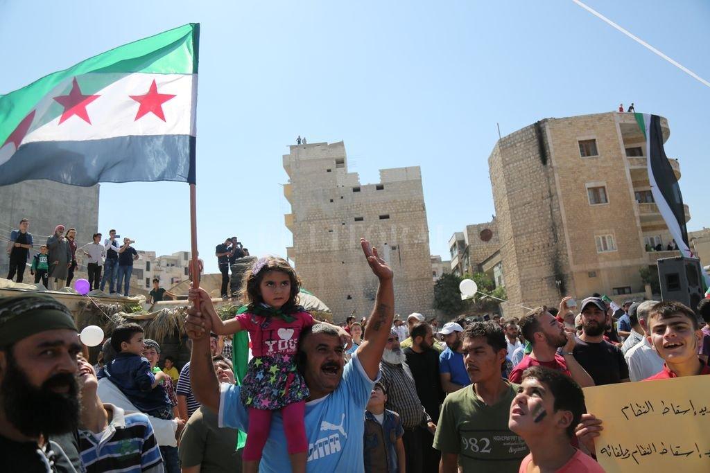 07/09/2018, Siria, Idlib: Manifestantes protestan con banderas de la oposición contra la prevista ofensiva militar del ejército sirio en la fortaleza rebelde de la provincia de Idlib. En una cumbre simultánea en Teherán, los presidentes de Turquía, Rusia e Irán discutieron el destino del último gran bastión rebelde sirio Crédito: dpa