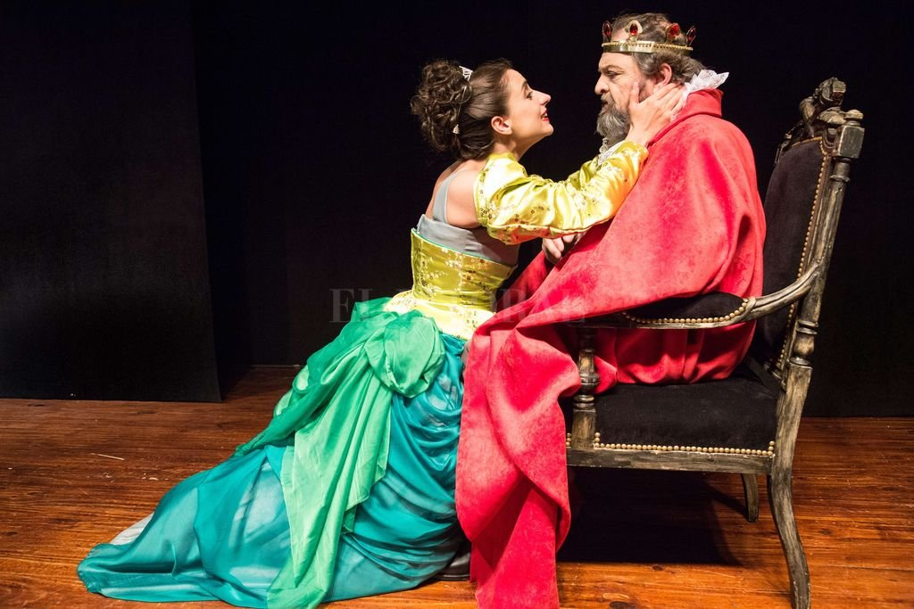 El rey Lear, interpretado por Guillermo Frick, junto a una de sus hijas (Sofía Kreig).  Crédito: Gentileza producción / Pablo Cánepa
