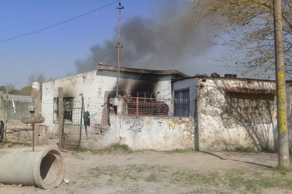 La vivienda, ubicada en República de Chile al 4100 del barrio Iriondo, en Santo Tomé, fue incendiada horas después de conocerse el fallecimiento del niño durante la madrugada, identificado como Jorge Bachelli. Periodismo Ciudadano