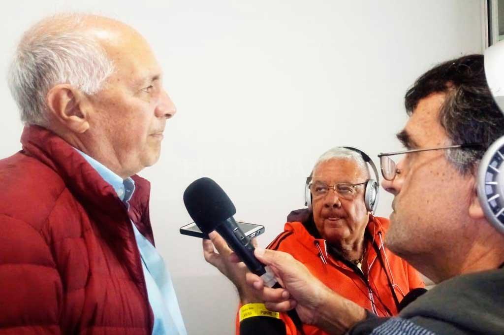 Marcelo Martín charlando en cancha de Banfield con el enviado de El Litoral, mientras escucha atentamente el colega Ricardo Porta. Elogió mucho la actitud de Soldano. <strong>Foto:</strong> El Litoral